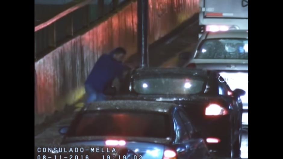 Uno de los sospechosos se encarga de asaltar a los automovilistas. (Captura Video)
