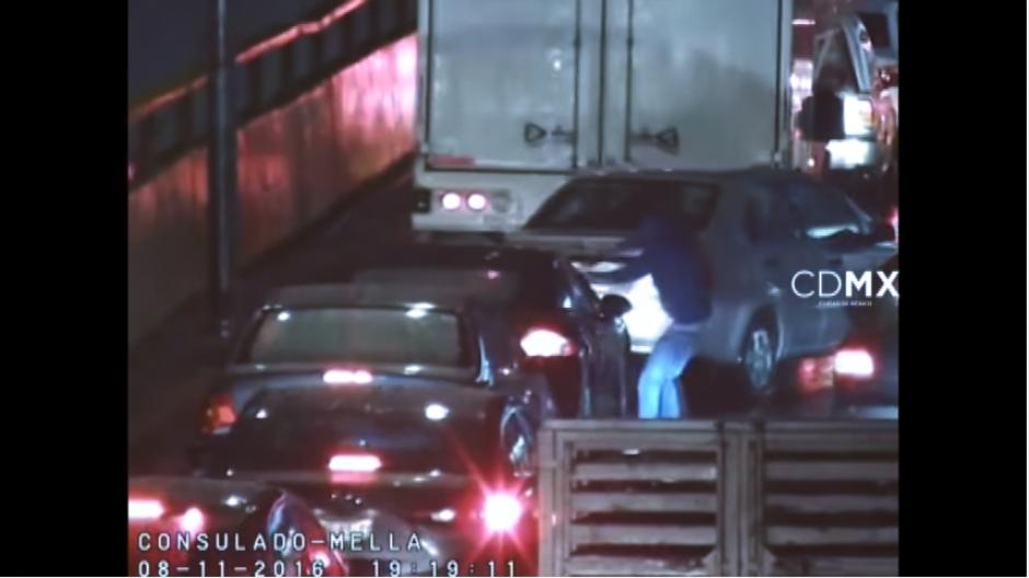 Mientras uno asalta, el otro vigila que no se acerquen policías. (Captura Video)