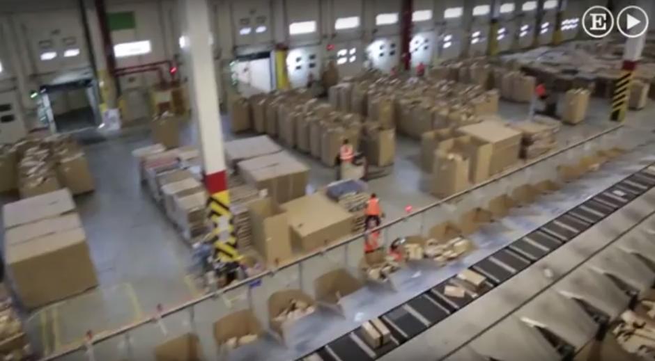 El almacén de Amazon en España ocupa el espacio de 10 campos de fútbol. (Imagen: captura de YouTube)