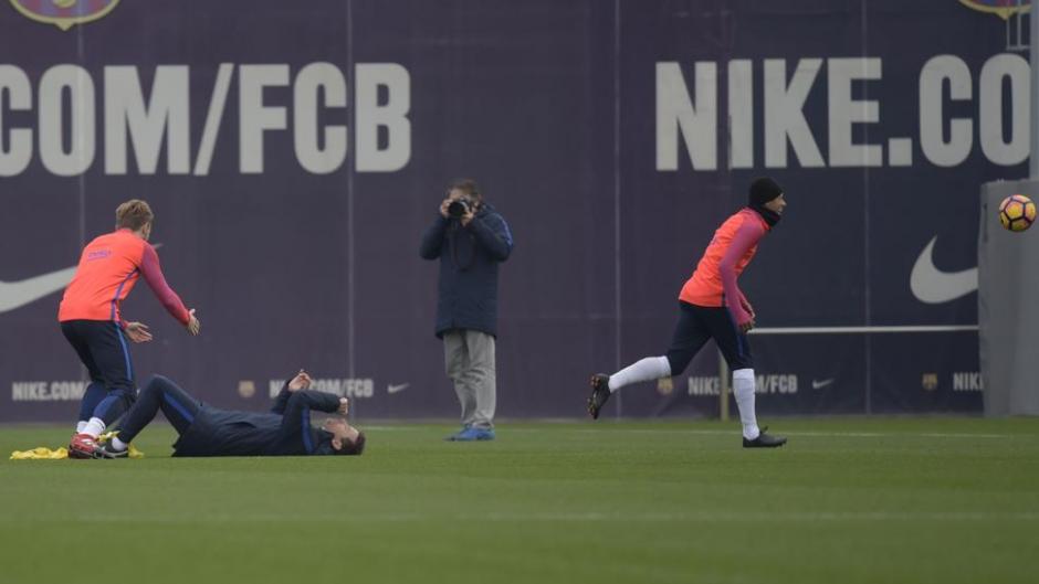 Neymar buscaba la pelota cuando se estrelló con él. (Captura de Pantalla)