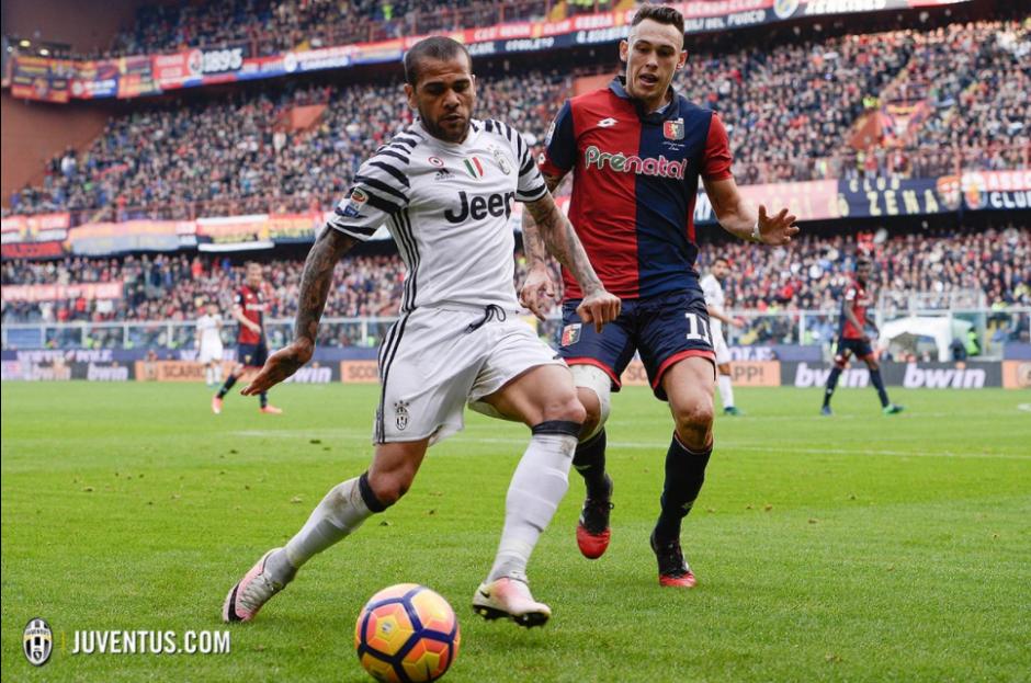 Alves con Ocampos, quien lo lesionaría casi al final. (Foto: Juventus.com)