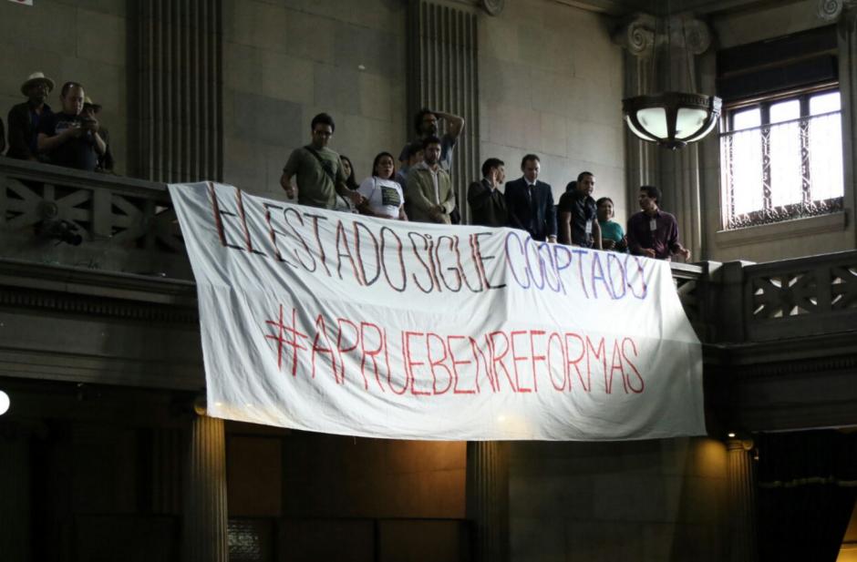 Varios ciudadanos llegaron a pedir a los diputados la aprobación de las reformas. (Foto: Alejandro Balán/Soy502)