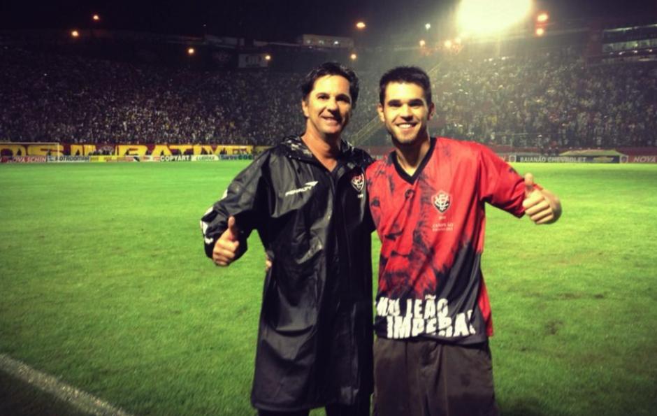 Matheus Saroli posando junto a su padre, quien murió en el accidente aéreo.