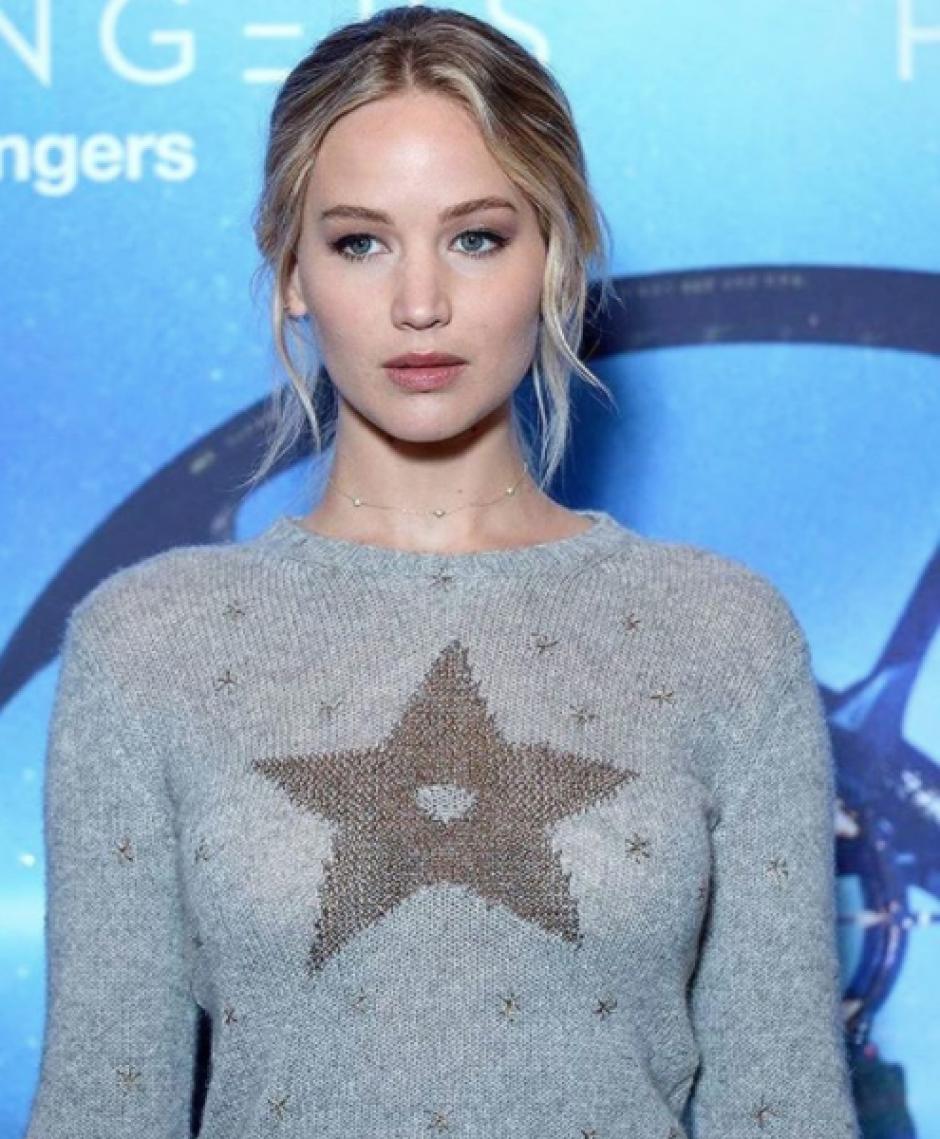 Lawrence y su suéter de lana con una estrella se robaron el show en París. (Foto: Twitter)