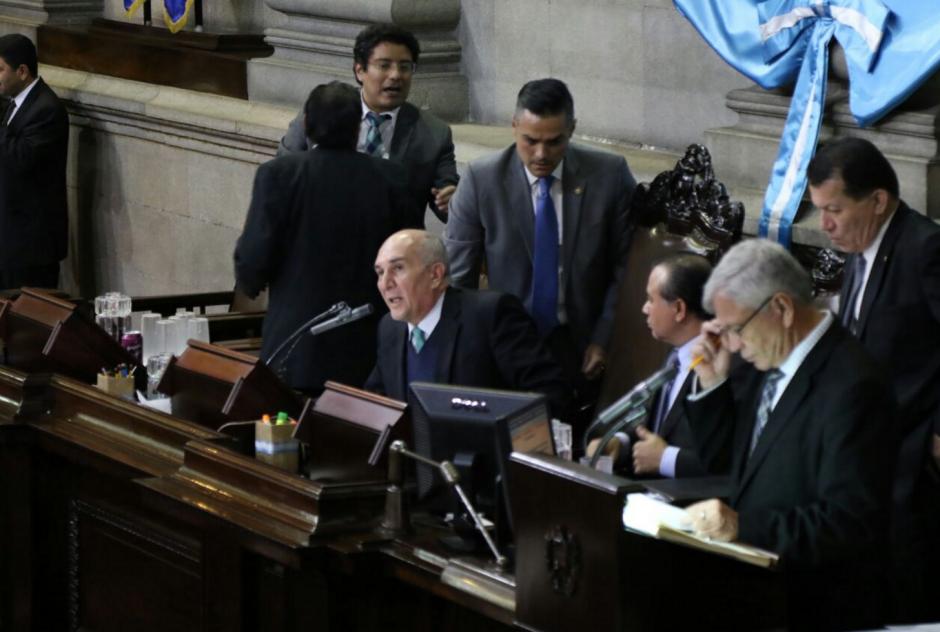 El diputado Luis Hernández Azmitia reclamó airadamente al presidente del Congreso, Mario Taracena. (Foto: Alejandro Balán/Soy502)