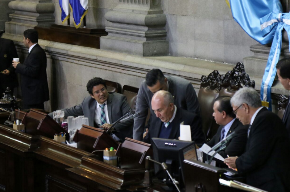 Mario Taracena pidió que ayudaran a retirar al diputado Hernández Azmitia. (Foto: Alejandro Balán/Soy502)