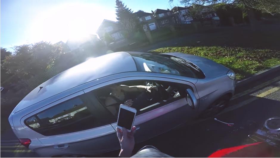 Cuando el motociclista le muestra que su celular también iba en el techo, lo deja caer al suelo. (Imagen: captura de YouTube)