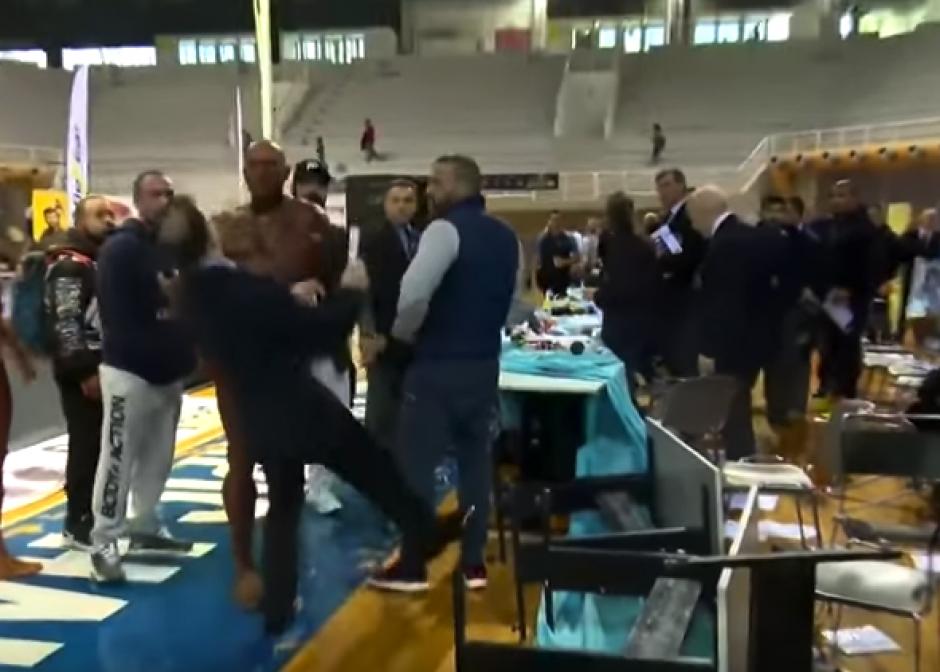 El griego le dio una bofetada a un juez  quien cayó desmayado. (Foto: Captura de video)