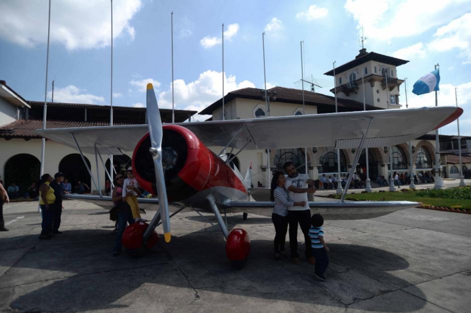 Los guatemaltecos tuvieron oportunidad de tomarse fotografías junto a las aeronaves. (Foto: Wilder López/Soy502)