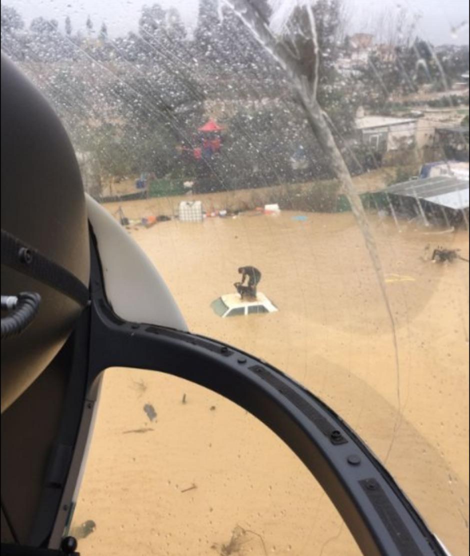 Los rescatistas divisaron al hombre que se encontraba en el techo de un carro. (Foto: Twitter/@guardiacivil)