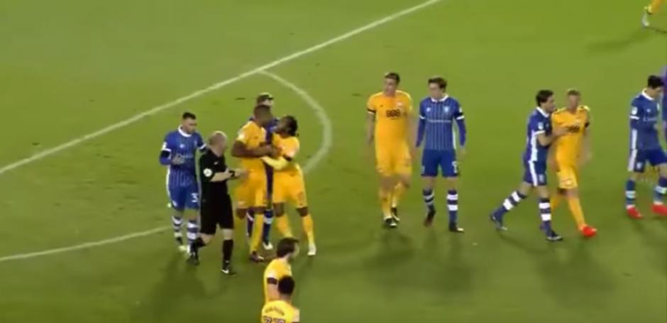 Dos futbolistas del Preston North End se pelearon entre ellos. (Imagen: captura de pantalla)