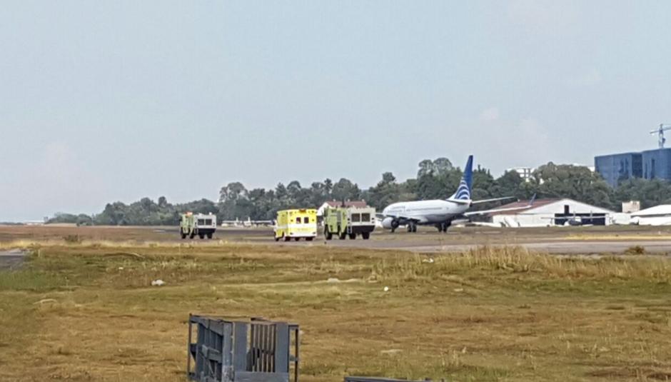 Las unidades de bomberos se movilizaron de inmediato ante el aterrizaje de emergencia. (Foto: DGAC)
