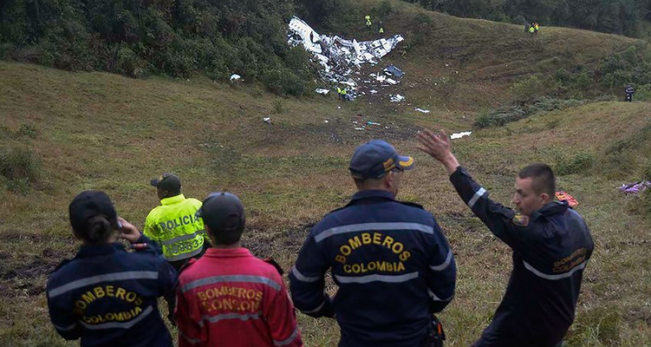 Johan y su papá conocen bien el complicado terreno donde cayó el avión. (Foto: AFP)