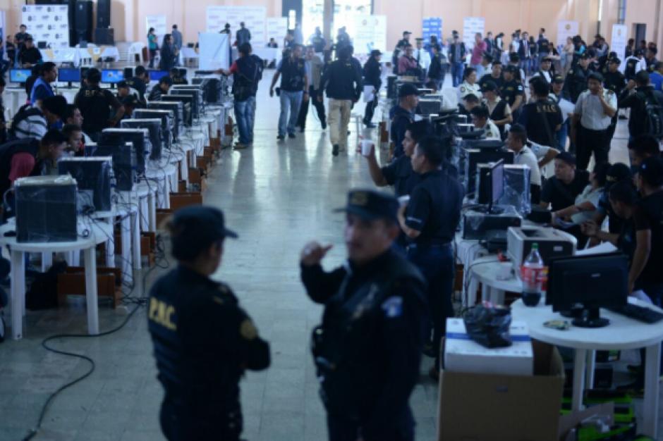 En el centro de operaciones se instaló equipo de cómputo para el fichaje e identificación de los detenidos. (Foto: Wilder López/Soy502)