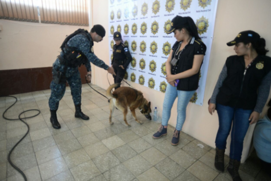 Agentes policiales resguardaban las instalaciones para evitar una fuga. (Foto: Wilder López/Soy502)