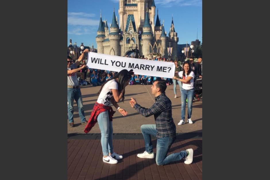 Momento en el que Eduardo le propone matrimonio a su novia Andrea. (Foto: Instagram, @andreitahs)