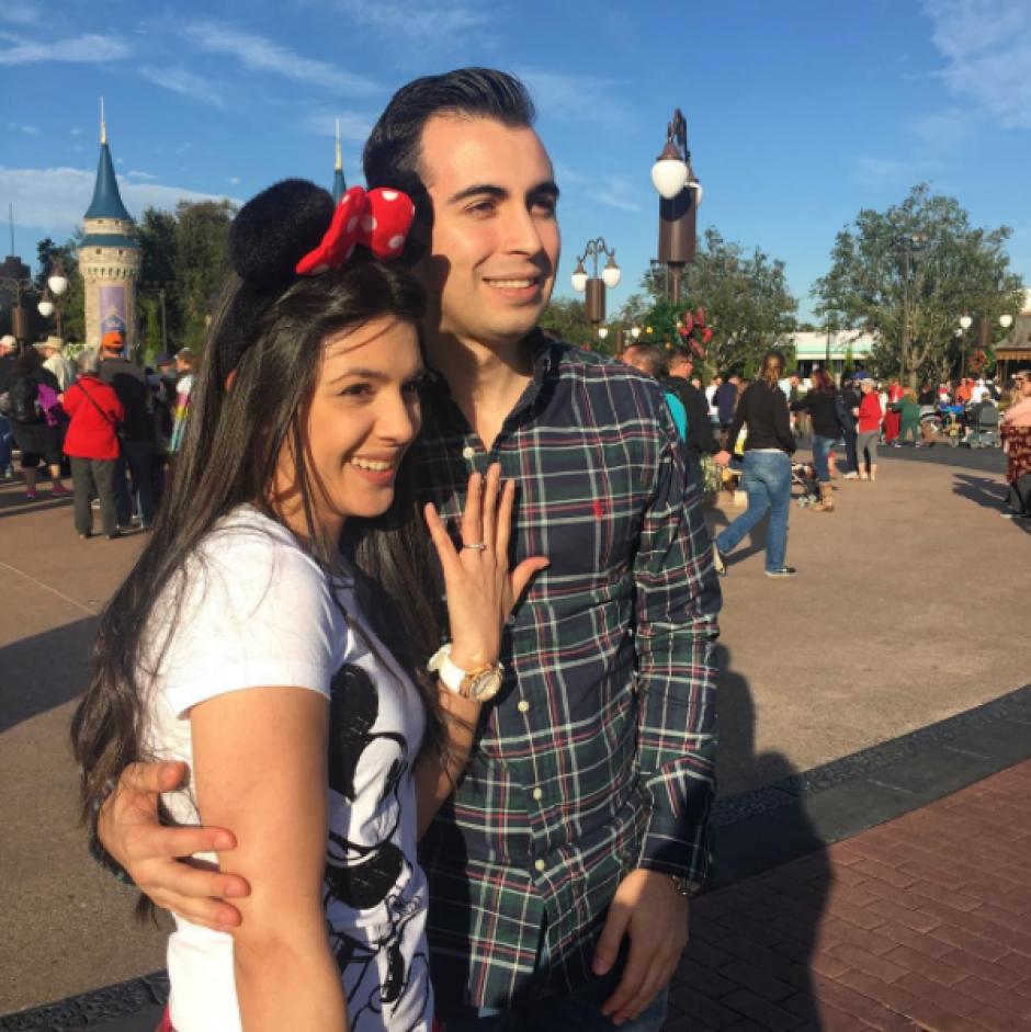 La feliz pareja luce el anillo de compromiso en Walt Disney World, Florida. (Foto: Instagram, @andreitahs)