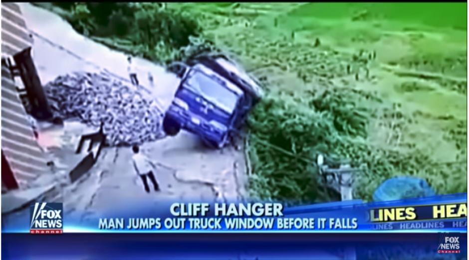 El camión estaba estacionado en una de riesgo. (Captura Youtube)