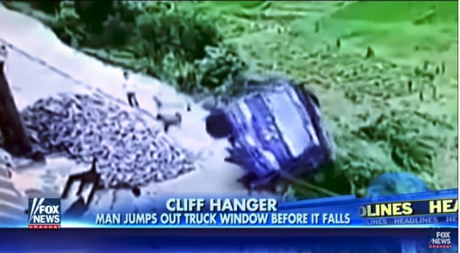 Con una gran precisión, el hombre da un salto y llega a un lugar seguro(Captura Youtube)