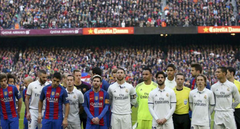Jugadores y árbitros previo al clásico pasado. (Foto: Mundo Deportivo)
