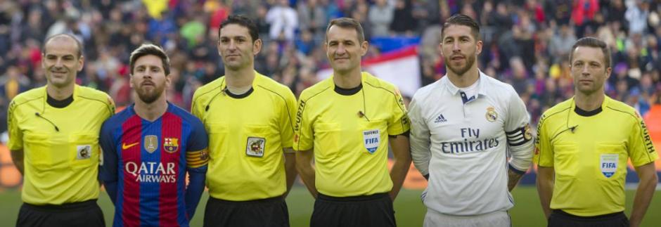 El cuerpo arbitral con los capitanes Messi y Ramos. (Foto: AS)