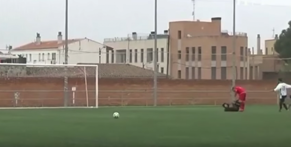El árbitro suspendió el partido y llamó a la policía. (Imagen: captura de pantalla)