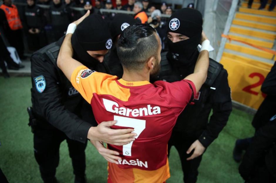 Yasin fue a celebrar su gol con tres agentes. (Foto: Twitter)