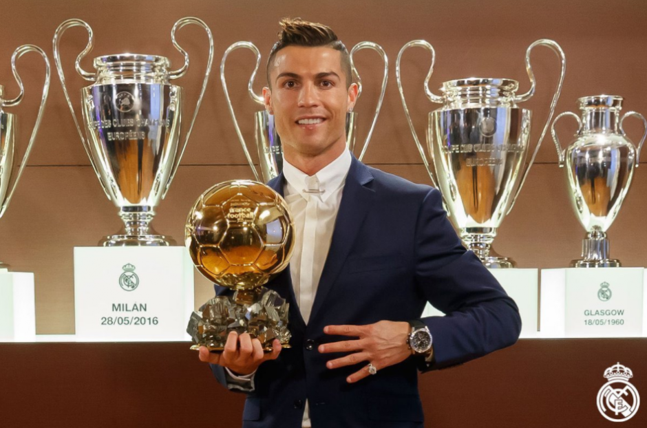 El portugués posa con el trofeo. (Foto: Real Madrid)