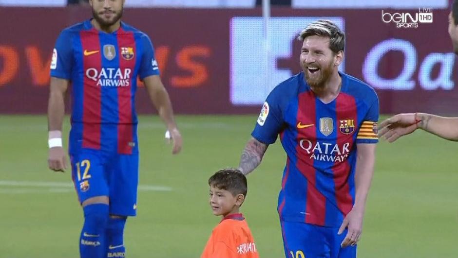 El pequeño les sacó la risa a Leo y Luis Suárez. (Imagen: captura de pantalla/BeIn)