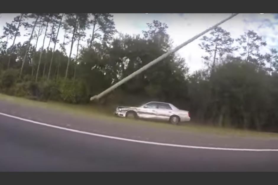 El conductor derribó un poste y todo lo que encontró a su paso. (Imagen: captura de video)
