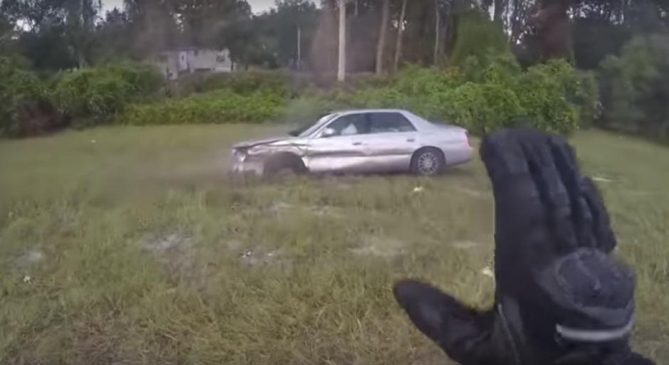 El piloto de una moto intentó alertar al conductor del vehículo para que se detuviera. (Imagen: captura de video)