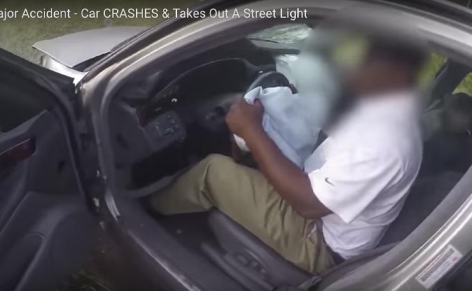 El conductor no podía controlar su auto ya que sufría un infarto cerebral. (Imagen: captura de video)