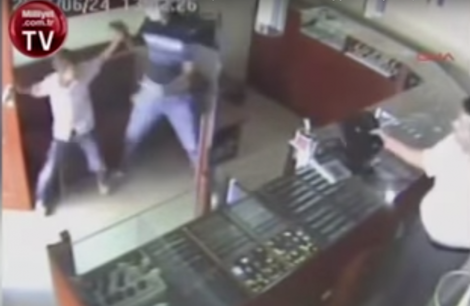 El niño golpea la mano del ladrón con lo que logra desconcertarlo. (Imagen: captura de YouTube)