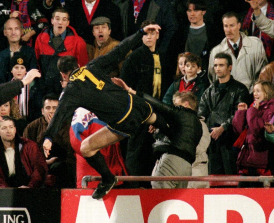 La famosa patada de Éric Cantona sobre un aficionado. (Captura de Pantalla)