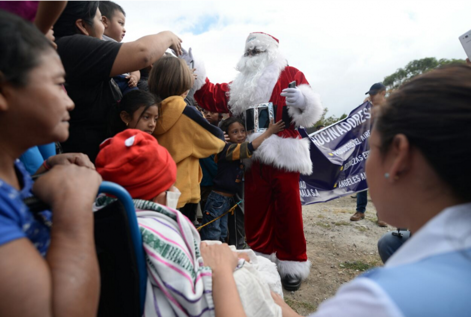 Santa Claus compartió con más de 500 niños. (Foto: Wilder López/Soy502)