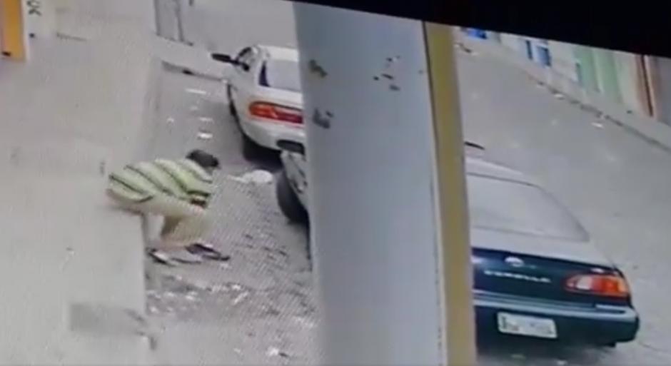 El delincuente se sienta cerca del auto. (Foto: Captura pantalla Facebook/Esquipulas Televisión)
