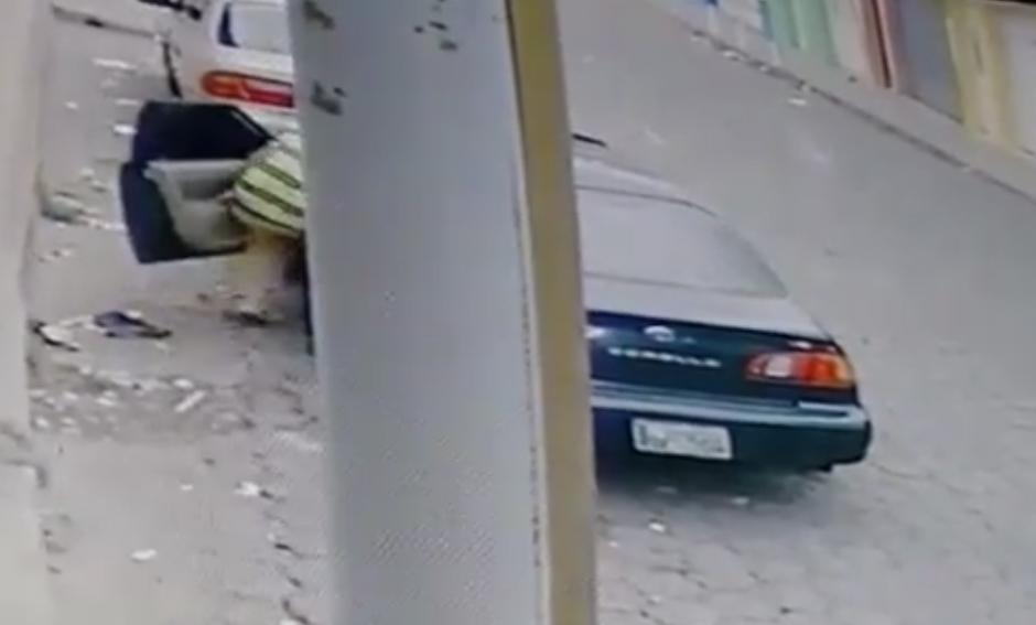 En menos de un minuto ingresa al auto. (Foto: Captura pantalla Facebook/Esquipulas Televisión)