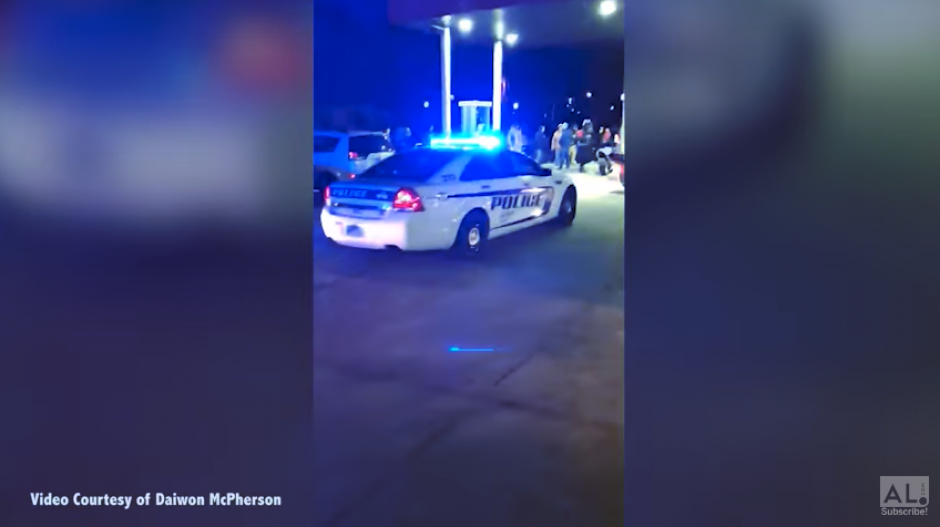 La Policía llega a la estación donde se encontraba el sospechoso en Alabama. (Captura Youtube)