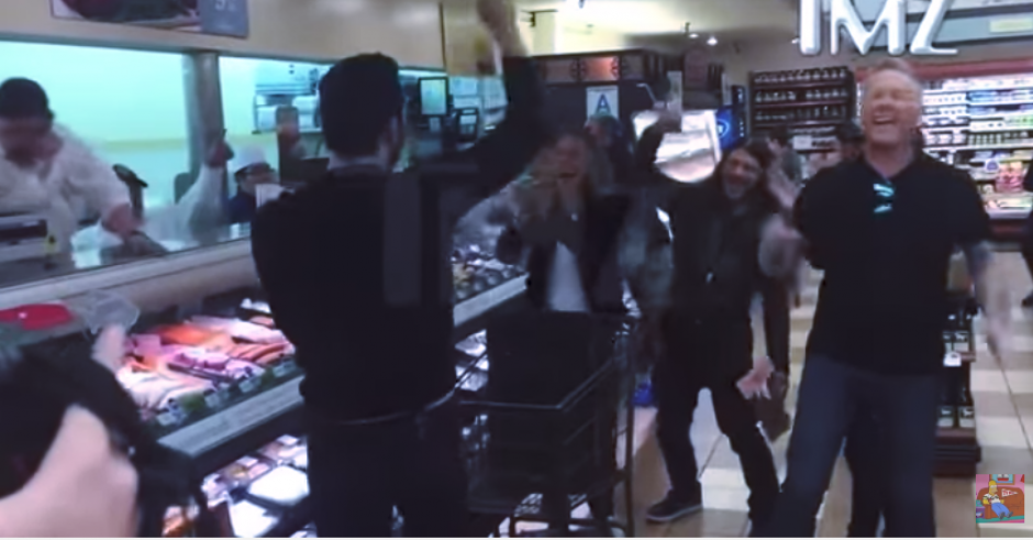 Los cantantes animaron a sus admiradores en un supermercado. (Captura Youtube)