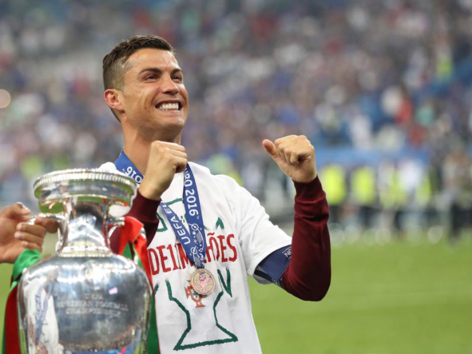 Cristiano le dio a Portugal su primer título. (Foto: AFP)
