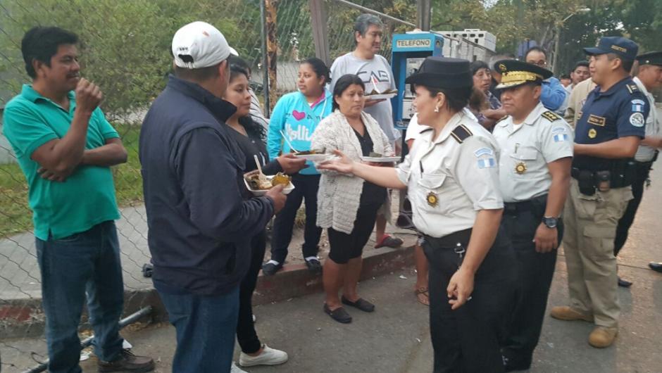 Un grupo de policías entregó tamales y café a varias personas. (Foto: PNC)
