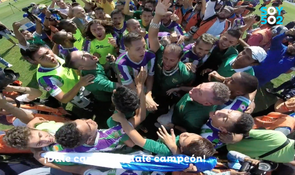 """""""Dale campeón, dale campeón"""", cantaron los antigüeños en el Doroteo Guamuch Flores. (Foto: Captura de video)"""