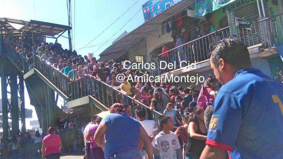 Cientos de guatemaltecos abarrotan los lugares de comercio. (Foto: Amilcar Montejo/PMT)