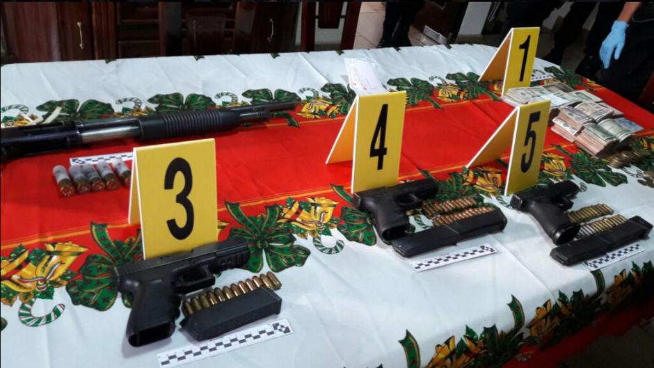 Varias armas se decomisaron en los allanamientos. (Foto: PNC y MP)