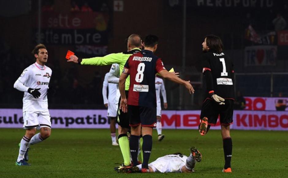 Perin empujó a un rival que trató de interceptar su remate. (Foto: Gazzetta.it)