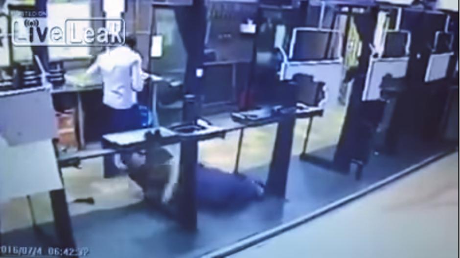 La bala atraviesa su cuerpo, pero hiere la instructor. (Captura Youtube)