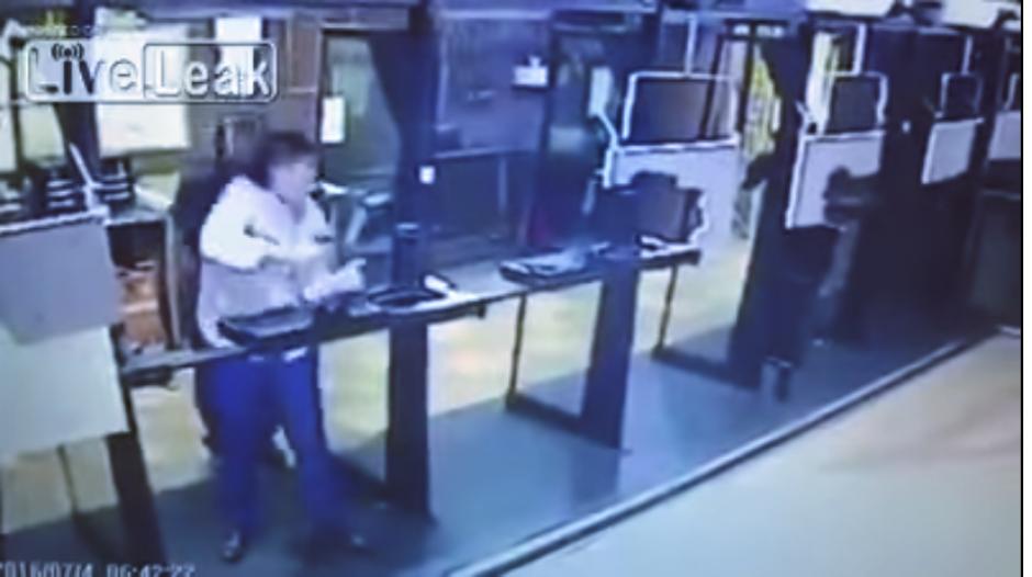 De pronto, el suicida se dispara en el pecho. (Captura Youtube)