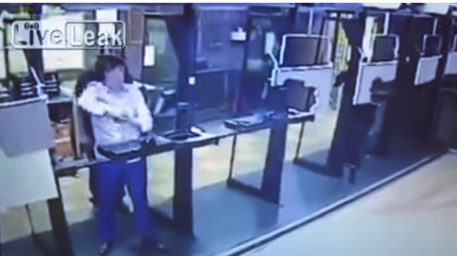 El hombre estaba en una escuela para aprender a disparar. (Captura Youtube)