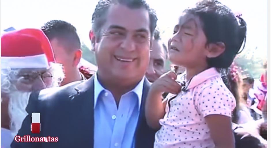 El gobernador reveló a los pequeños quién lleva los regalos a casa. (Captura Youtube)