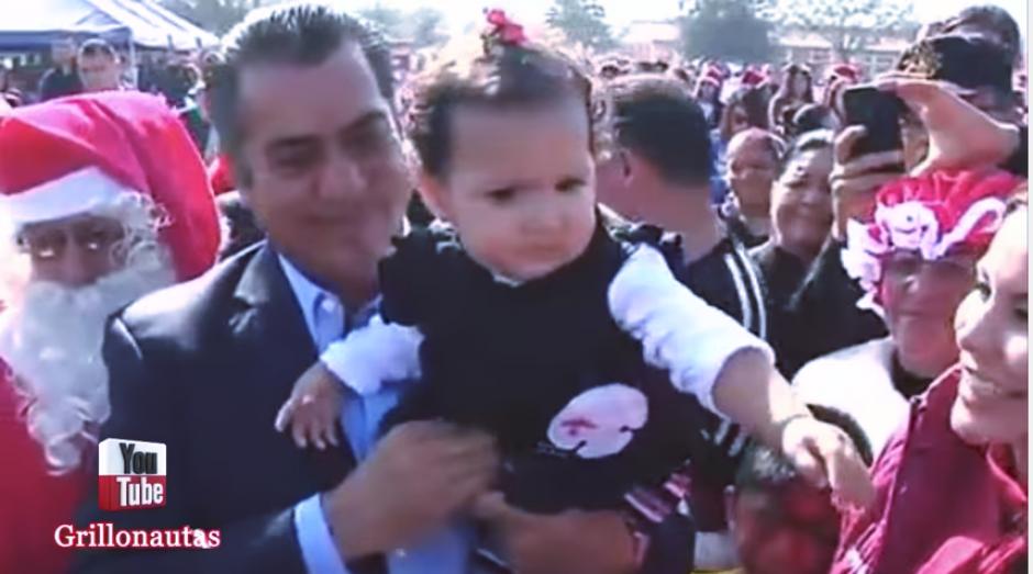 """No todos los pequeños se sintieron a gusto al lado de """"el Bronco"""". (Captura Youtube)"""